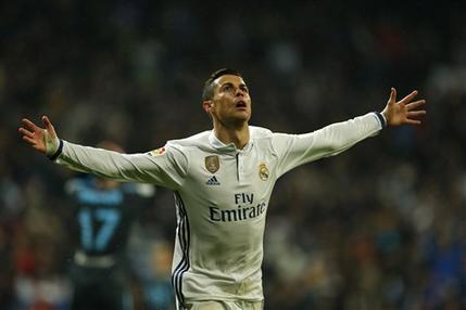Cristiano Ronaldo, del Real Madrid, festeja luego de anotar el segundo tanto de su equipo ante la Real Sociedad, en un encuentro de la liga española, realizado el domingo 29 de enero de 2017 (AP Foto/Francisco Seco)