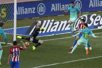 Lionel Messi anota el gol con el que Barcelona venció 2-1 al Atlético de Madrid en la liga española, el domingo 26 de febrero de 2017. (AP Foto/Daniel Ochoa de Olza)