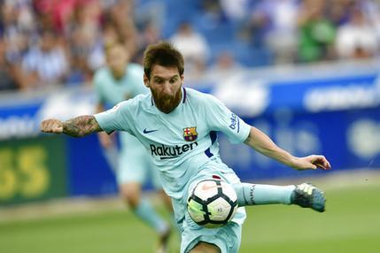 El jugador del Barcelona, Lionel Messi, remata y anota un gol contra Alavés en un partido por la liga española el sábado, 26 de agosto de 2017, en Vitoria, España. (AP Foto/Alvaro Barrientos)