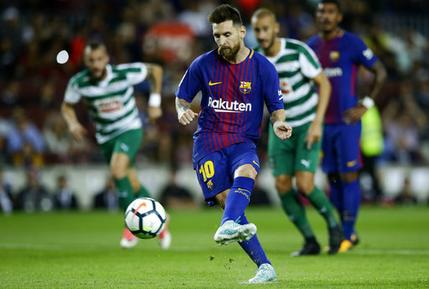 Lionel Messi anota de penal para el Barcelona en el partido contra Eibar por la liga española, el martes 19 de septiembre de 2017. (AP Foto/Manu Fernández)