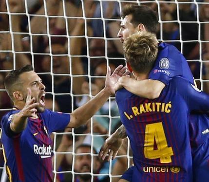 El jugador del Barcelona, Lionel Messi, derecha, festeja con sus compañeros Ivan Rakitic, de espalda, y Jordi Alba tras anotar un gol contra la Juventus en la Liga de Campeones el martes, 12 de septiembre de 2017, en Barcelona. (AP Foto/Francisco Seco)